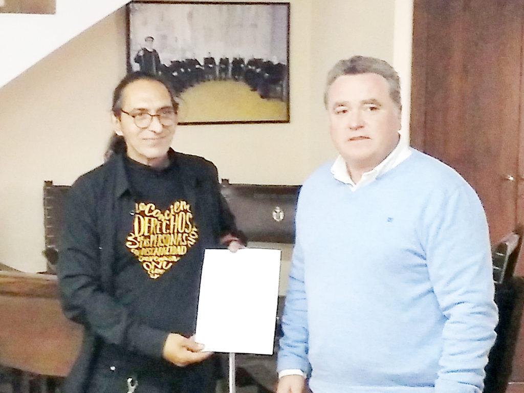 Recibiendo el documento de manos de José Font Sanchis, presidente del Tribunal de las Aguas de Valencia 2017-19